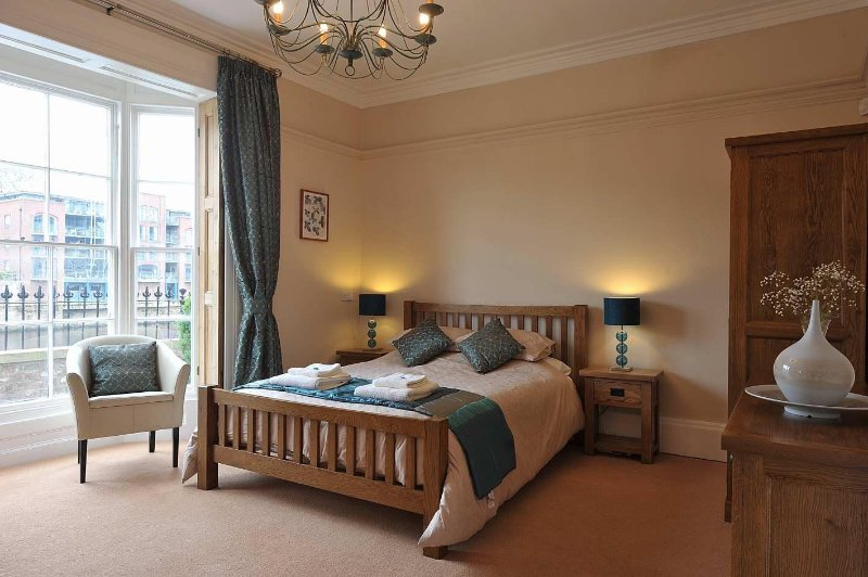 York Riverside 5 Star luxury City Centre Apartment, holiday rental in York