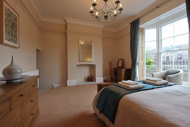 Muito espaço para o berço de viagem e dobrável cama de hóspedes também, para os nossos clientes mais jovens.