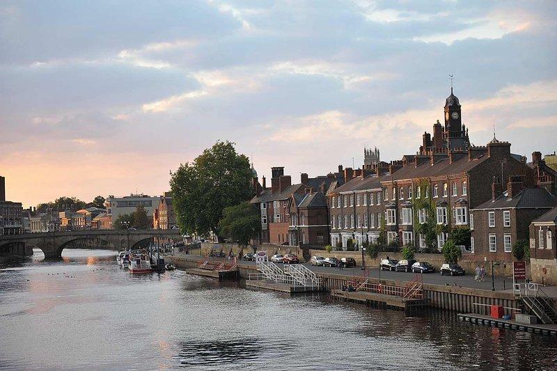 A pitoresca Iorque Riverside, com o famoso Minster visível no fundo.