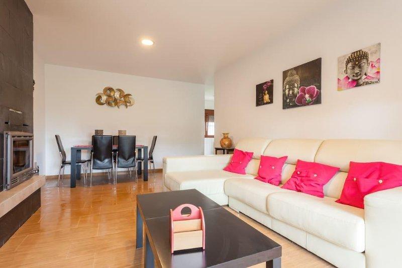 Salón con sofá chaise-longue ideal para relajarse y desconectar.