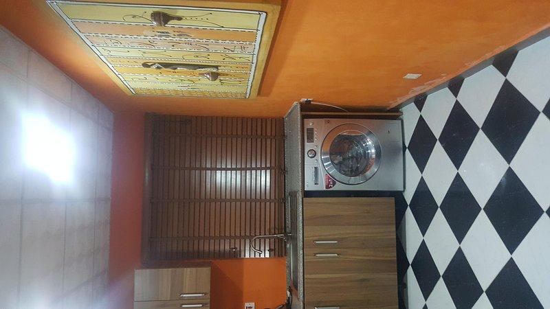 zona de cocina con lavadora para su conveniencia ropa !!