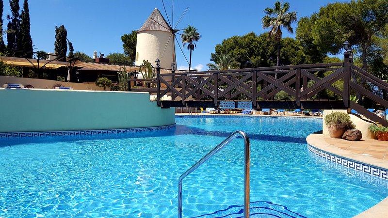 une autre vue sur la piscine avec les vacances manga La