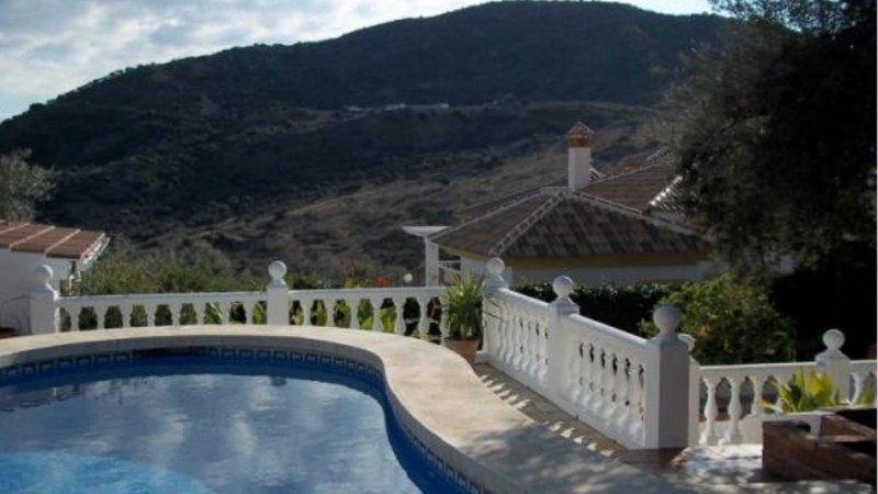 piscina privada con vistas a las montañas