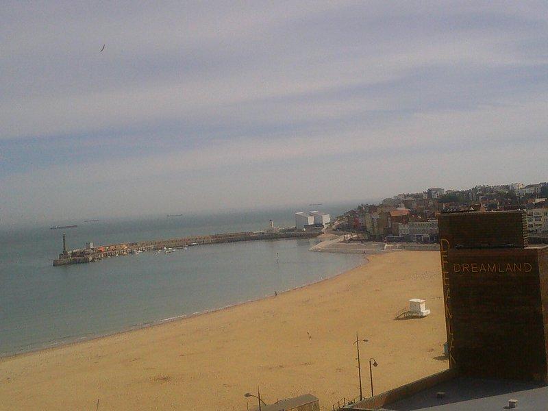 Vista della spiaggia da finestra della camera