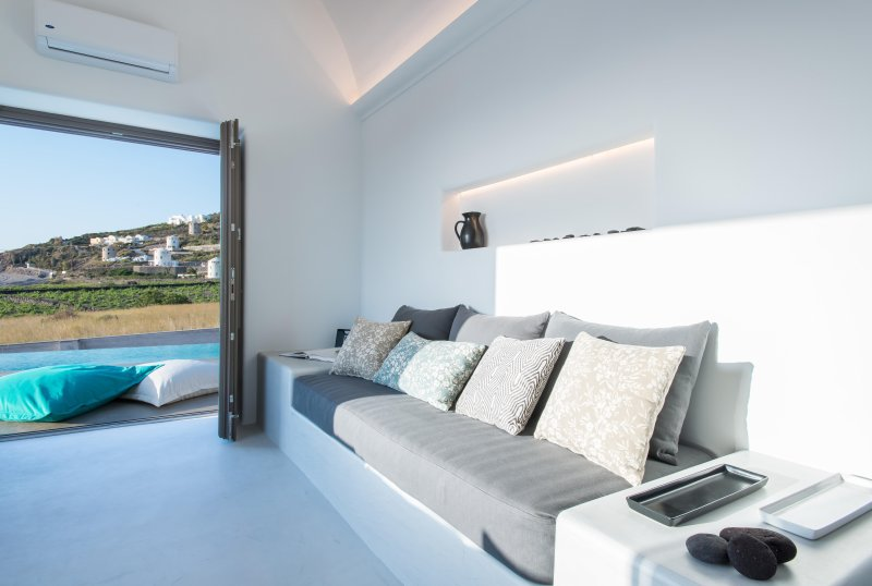 Azar Master Suite with Private Pool and Sea View, holiday rental in Imerovigli