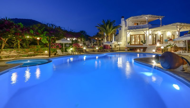 ENORMOUS VILLA | 3 LEVELS | PRIVATE POOL, JACUZZI & BBQ | SEA & MOUNTAIN VIEW, aluguéis de temporada em Naxos