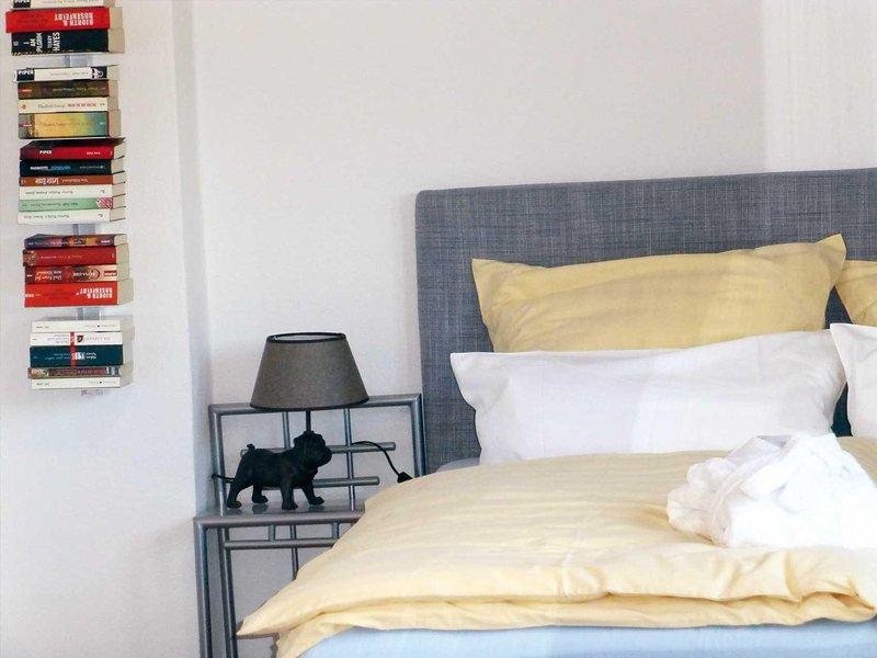 Libros y un perro que vigila su sueño en las camas acogedor