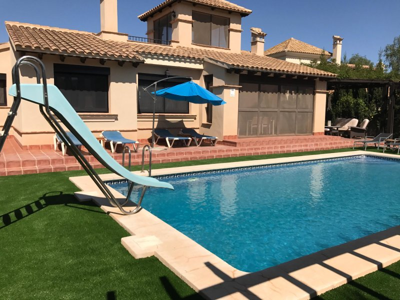 piscina privada con vivienda