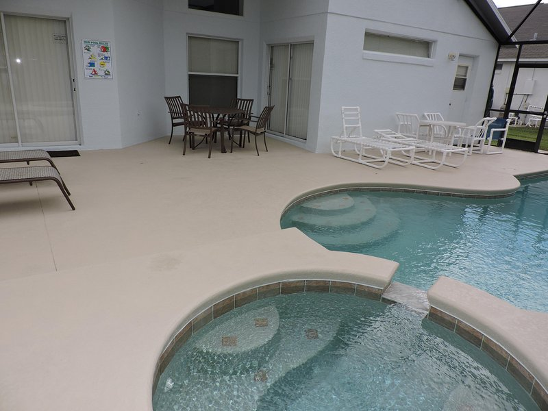Pool and Jacussi. Covered patio dining area