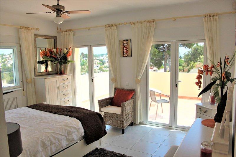 bovenverdieping slaapkamer met uitzicht op de eigen balkon