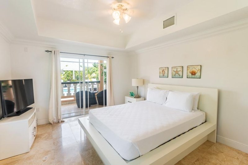 Sea La Vie - Pool Studio Unit, holiday rental in Long Bay Beach