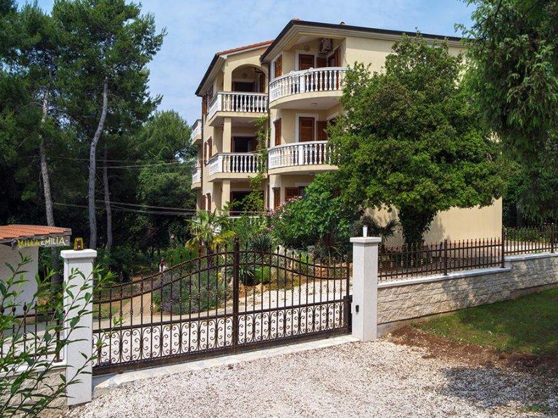 A1 Ground floor apartment 50m from sea, Villa Emilia, location de vacances à Banjole