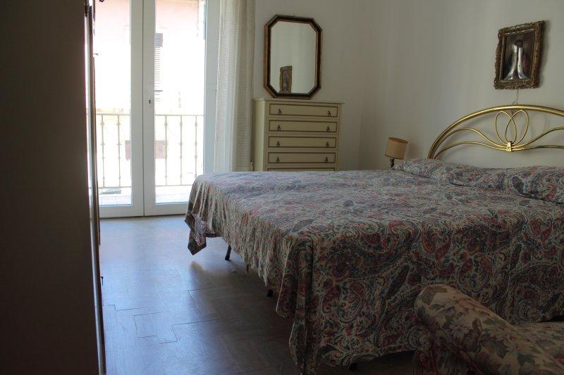 Camera matrimoniale con balcone. Double bedroom with Balcony.