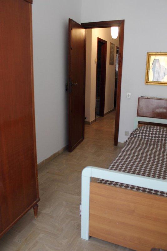 Camera da letto con balcone. Single room with balcony.