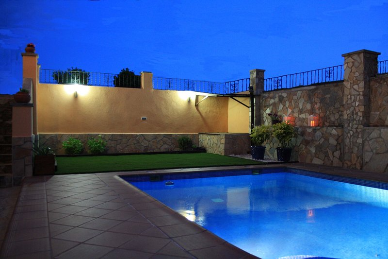 vue nocturne piscine et solarium