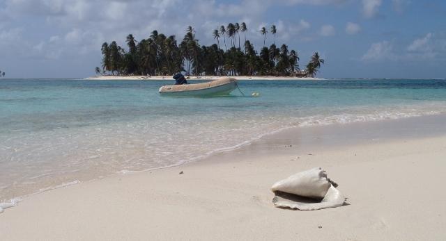 Je stapt in een prachtige eilanden met wit zand en kokospalmen, omgeven door turquoise wateren