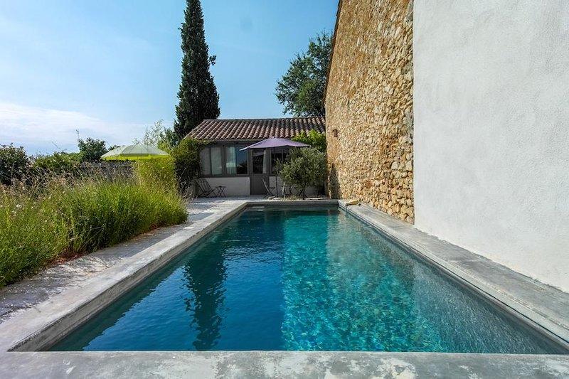 Vista dal giardino di Oustau du Ventoux verso gite e piscina