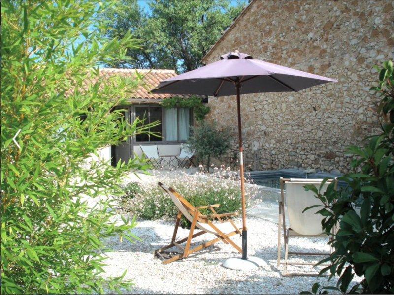 Vista verso la parte anteriore di gite, terrazza privata esposta a sud, giardino e piscina.