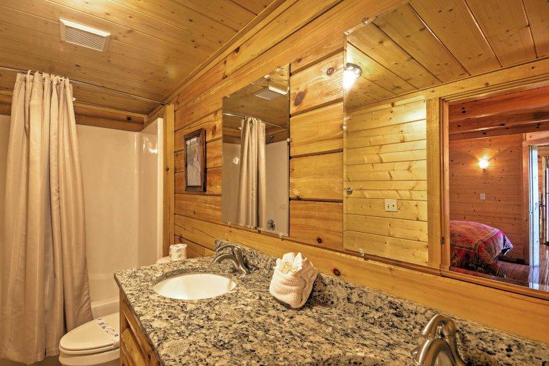 Rincez dans la salle de bain immaculée avec un combo douche / baignoire.