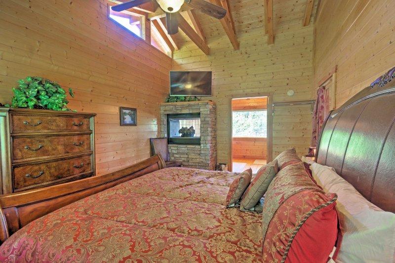 La chambre principale dispose d'une cheminée, d'une télévision à écran plat, d'un balcon et d'une baignoire.