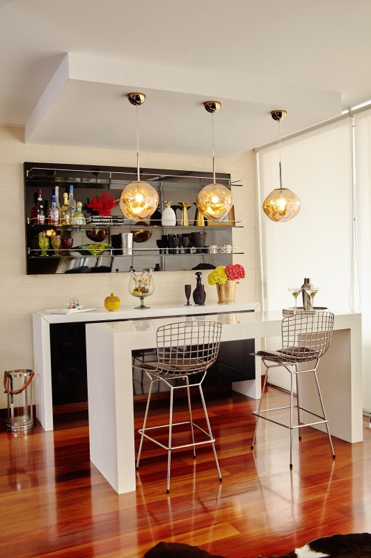 el bar; luces de tom Dixon.