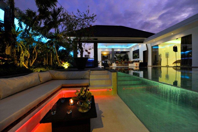 salón de sol en la piscina