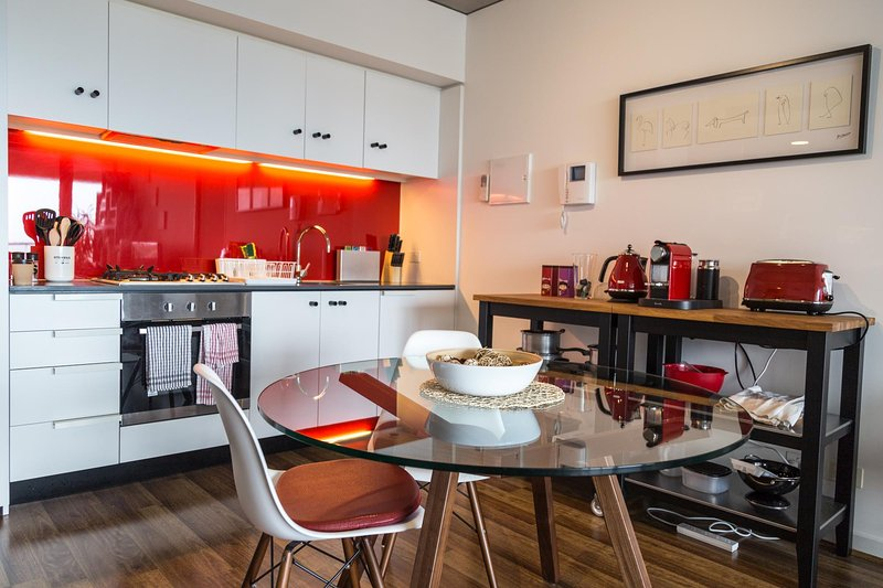 Southbank Living with Bay Views 2Bed 2Bath + Carpk, holiday rental in Melbourne