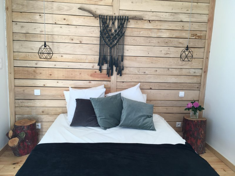 Chambre double avec salle de bain privative, kitchenette et terrasse, location de vacances à Montbrison