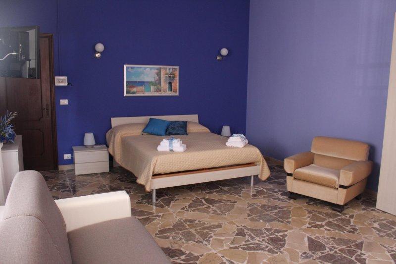 Camera Familiare a 20 metri dal Mare di Torre Archirafi. Vicino Taormina, location de vacances à Riposto