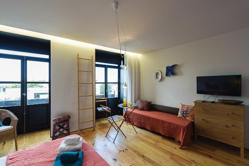 Há uma pequena mesa e o sofá é uma cama 75x180 também.