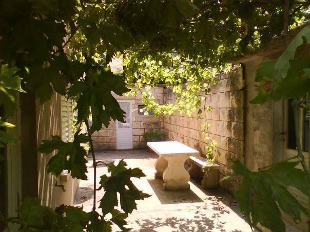 Terraço é compartilhada com a minha família. À esquerda são as portas para o seu apartamento e no BBQ direita