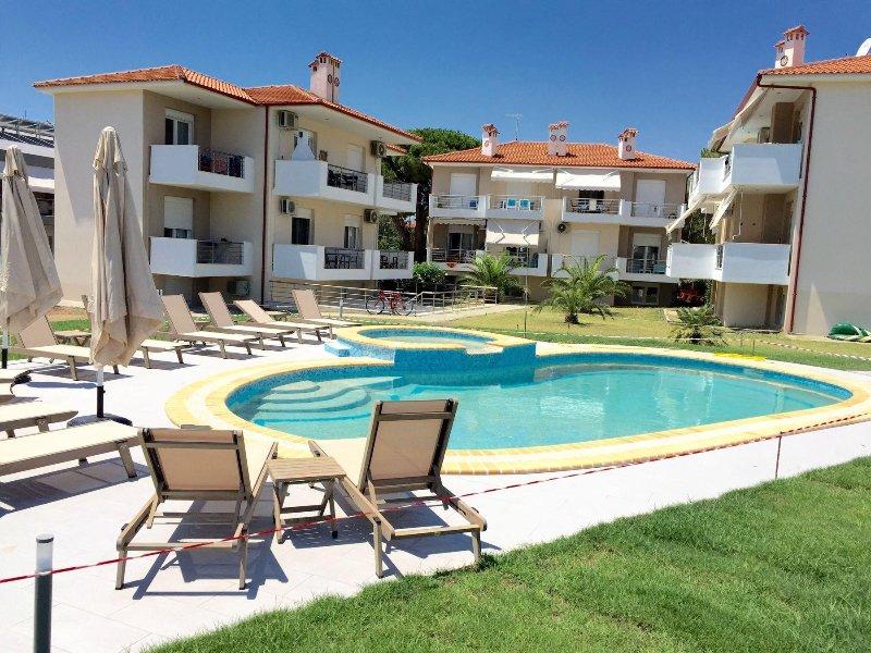 ATHOS BLUE NIKITI D1 (2 separate bedroom apartment with washing machine & pool), vacation rental in Nikiti