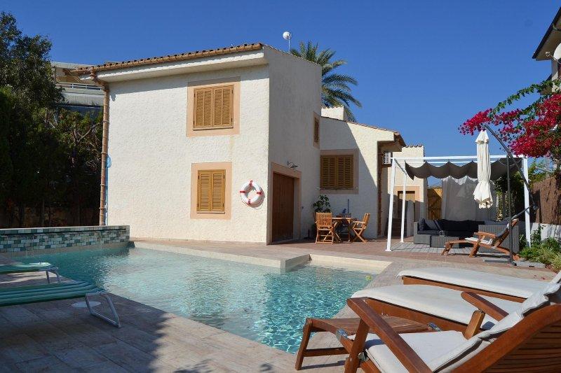 Espaciosa Casa Alexander, jardín y piscina privado, 3 mins a píe hasta la playa, vacation rental in Formentor