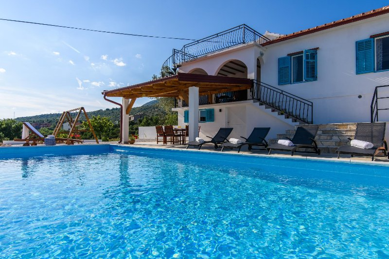 House Trogir Flower - villa with a private pool, vacation rental in Seget Vranjica