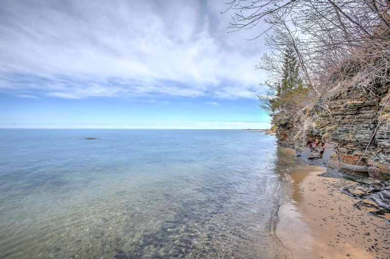 ¡Tendrás acceso a tu propia playa privada con asientos de roca natural!