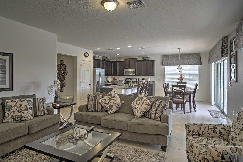La sala de estar ofrece muchos asientos lujosos para su grupo.