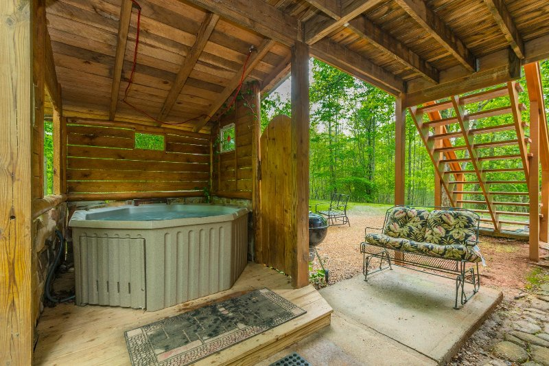 Creekside Retreat 1BR 1BA Cabin | Hot Tub | Trout Fishing | Pet Friendly, holiday rental in Demorest