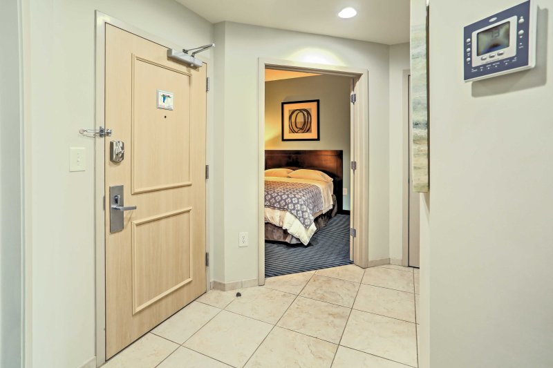 Auf diese poliert moderne Wohnung eintritt, werden Sie sofort von den kühlen zeitgenössischen Tönen und Linien der Einrichtung begeistert sein.