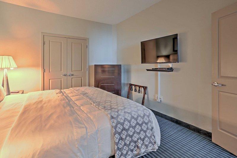 Streicheln Sie in diesem komfortablen Kingsize-Bett, wenn Sie bereit sind, für den Abend in den Ruhestand.