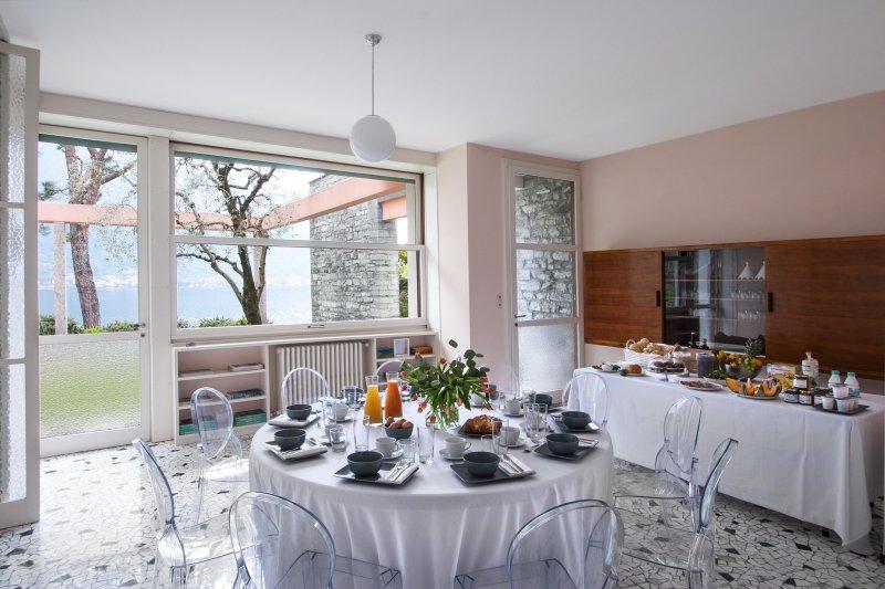 Desayuno en la sala de estar con vistas al lago.