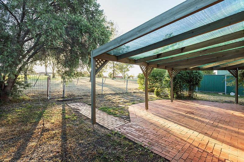 zona al aire libre con barbacoa, mesa y sillas. el acceso directo a las plazas con equipo de juegos,