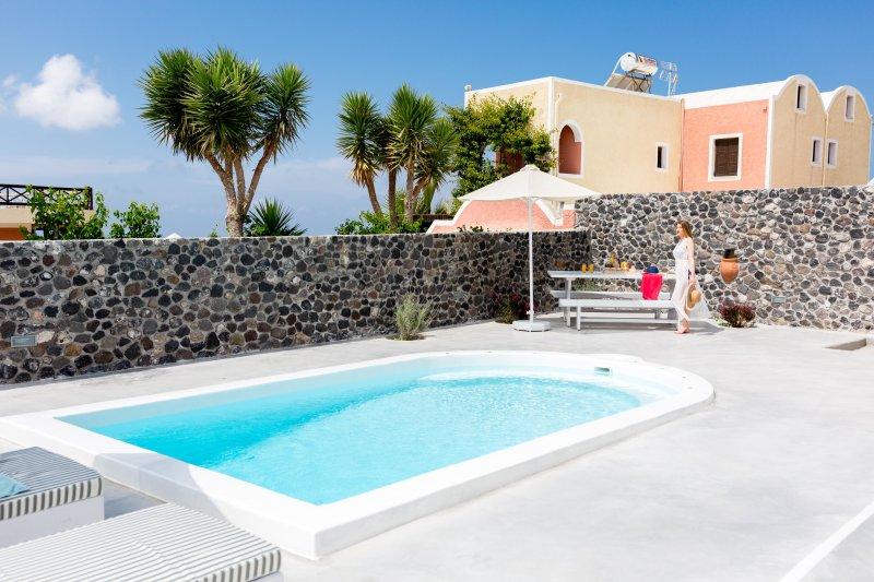 Modern & beautiful villa for 6 with private pool in charming Megalochori, location de vacances à Megalochori