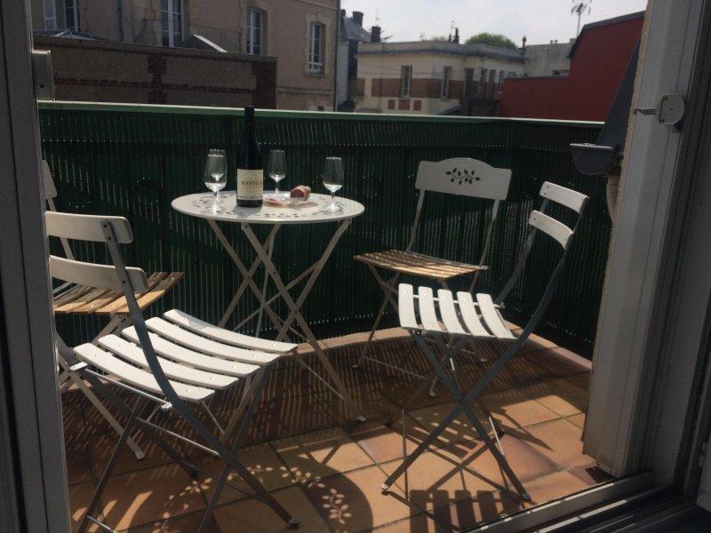 Appartement Terrasse pour 4 à 4 minutes à pied de la gare, de la Plage et Casino, vacation rental in Tourgeville