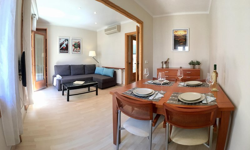 2 bedroom, balcony apartment in central location and mintues walk to the beach, aluguéis de temporada em Sitges