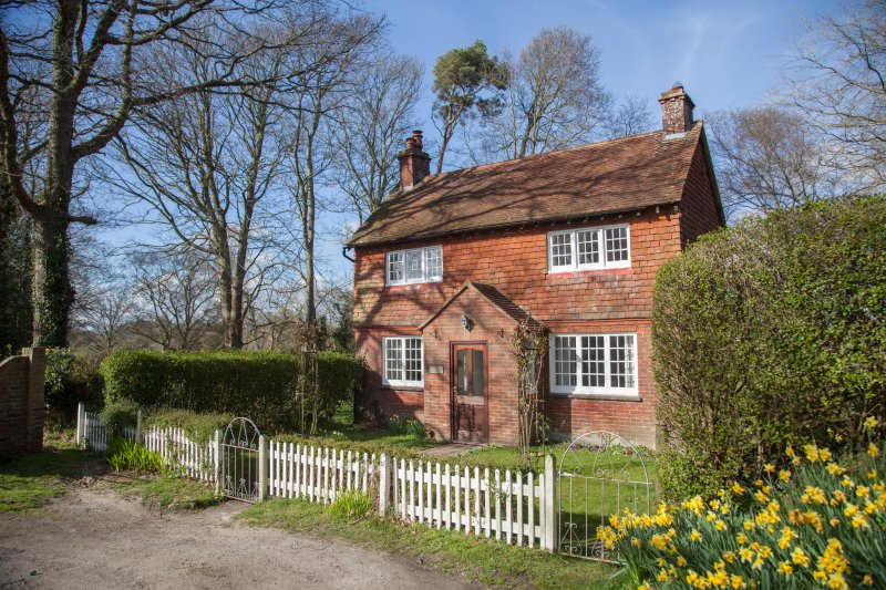 Gate Cottage at Pekes Manor is a dear country cottage with lovely views, location de vacances à Ringmer