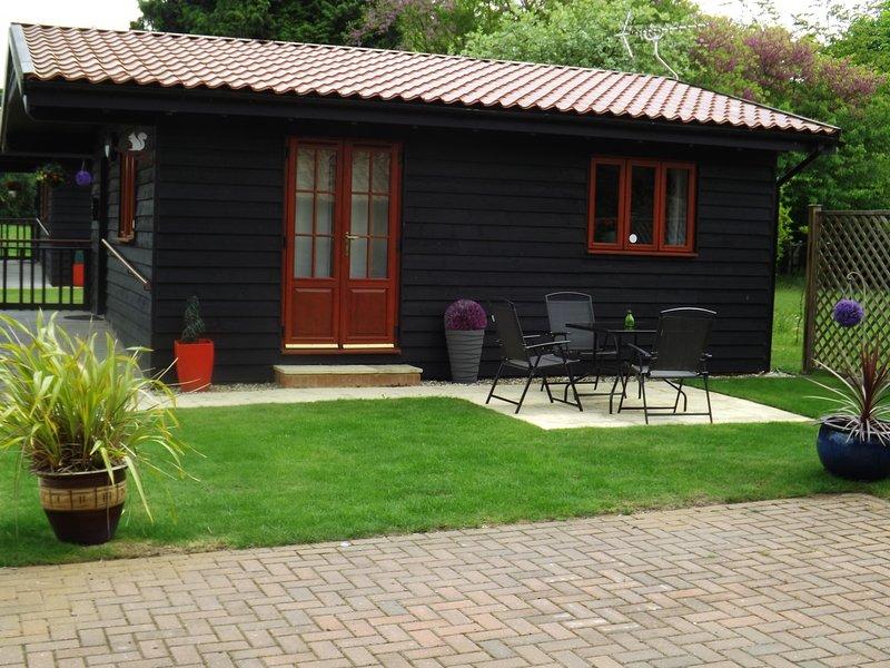 lodge écureuil, plus un patio idéal pour manger en plein air.