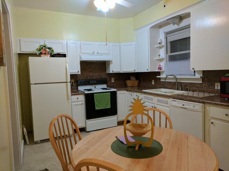 Cocina comedor con lavaplatos, 12 tazas de cafetera, microondas, batidoras, todo para cocinar y hornear.