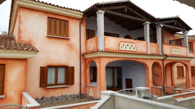 Appartamento quadrilocale 7 posti letto due bagni, location de vacances à Vaccileddi