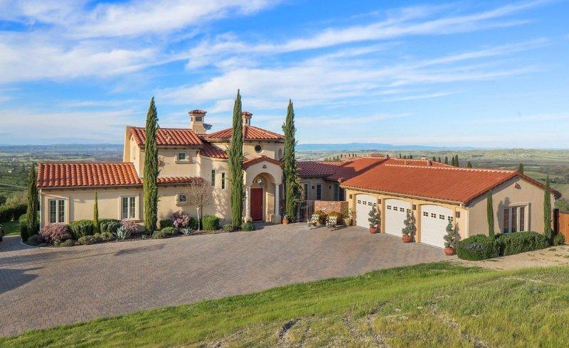 Villa de Lucca es una villa mediterránea en la zona vinícola de 9,6 acres