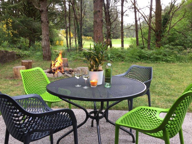 Peut-être la meilleure partie de notre séjour à 3ONE8; terrasse arrière privé et calme, un foyer et une vue magnifique.
